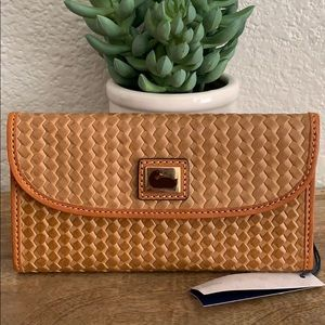 🌟 Dooney & Bourke Woven leather wallet